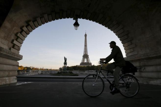 Un ciclista da un paseo matutino en París.