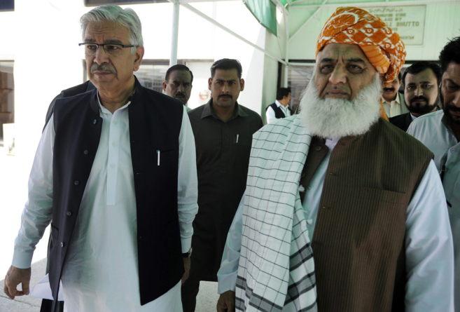 El ministro de Defensa paquistaní, Khawaja Asif, a las puertas del...
