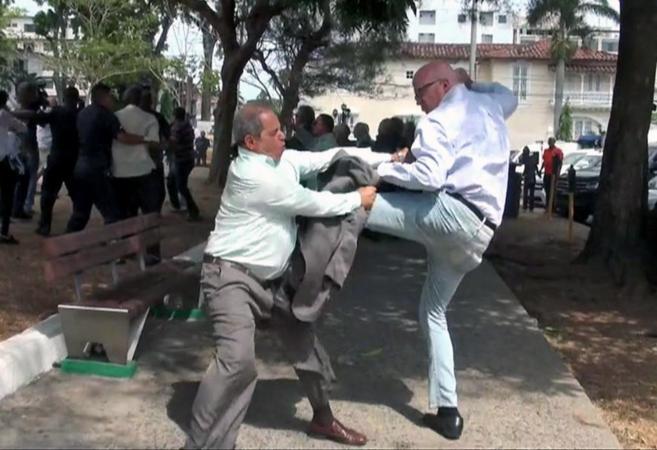 Castristas y anticastristas se pelean en las calles de Panamá City.