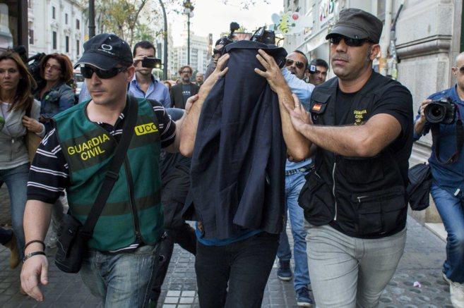 Momento en  el que dos agentes de la Guardia Civil detienen a un...