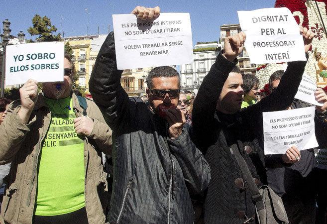 Un grupo de docentes interinos durante una protesta en el centro de...