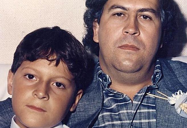 Pablo Escobar junto a su hijo.