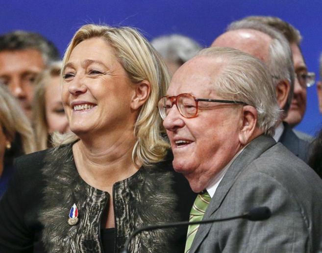 Marine Le Pen, líder del Frente Nacional francés, junto a su padre,...