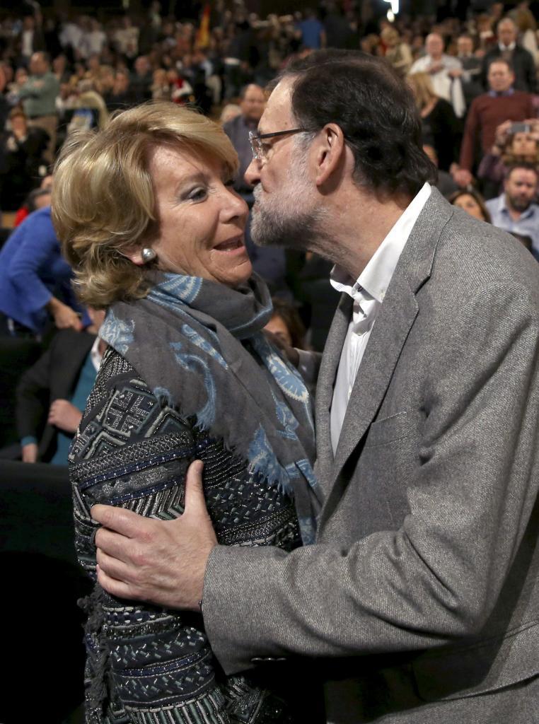 Mariano Rajoy saluda a Esperanza Aguirre.