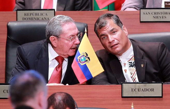 El presidente de Ecuador, Rafael Correa (dcha.), conversa con su...