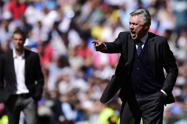 Ancelotti, dando indicaciones en el choque contra el Eibar.