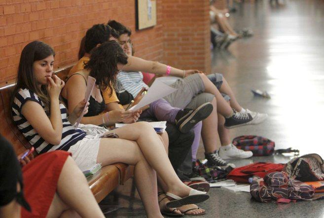 Un grupo de alumnas repasa sus apuntes antes de entrar a un examen de...