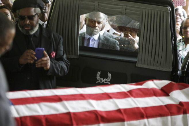 Familiares y allegados muestran sus respetos al féretro de Walter...