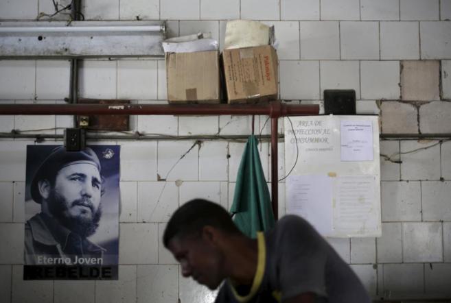 Un carnicero con una foto de Fidel, en La Habana.