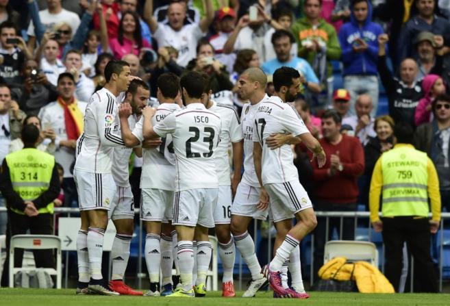 Los jugadores del Real Madrid, celebran un gol.