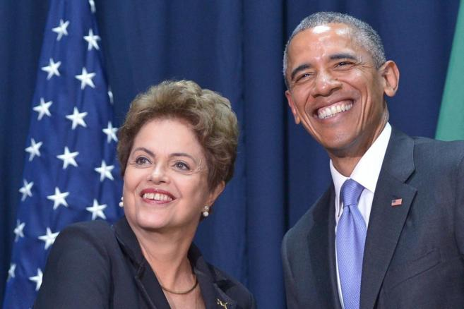 La presidenta brasileña posa junto a Barack Obama durante su...