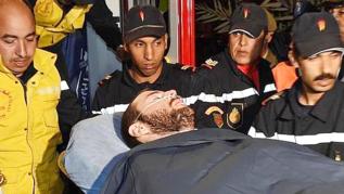 Juan Bolívar es llevado a la ambulancia tras ser rescatado.