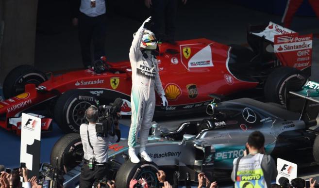 Lewis Hamilton celebra su victoria sobre la rueda de su Mercedes.