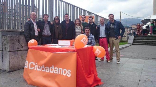 Un grupo de afiliados de Ciudadanos con David Pasarin-Gegunda en el...