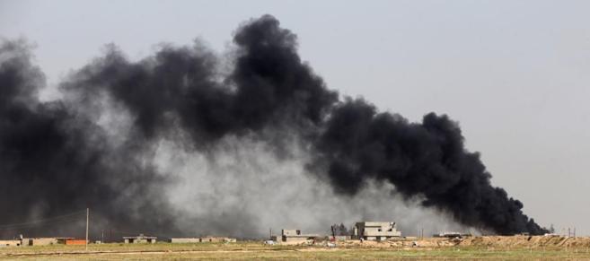 Columnas de humo tras el ataque de IS a un campo petrolífero del...