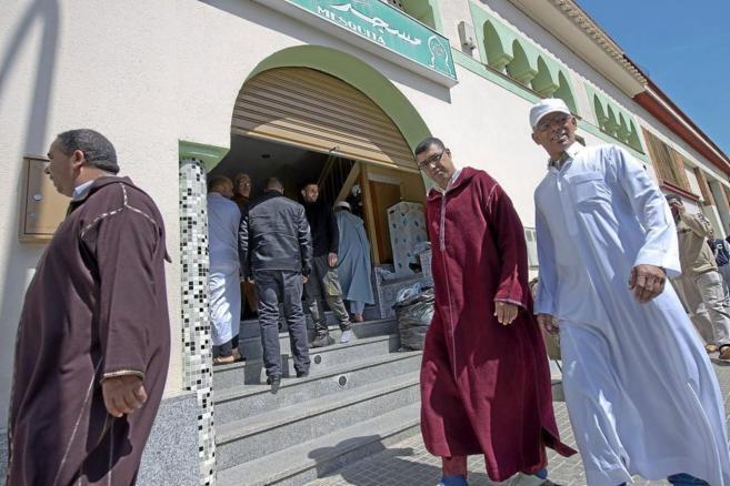 Musulmanes acuden al rezo en la mezquita de Terrassa.