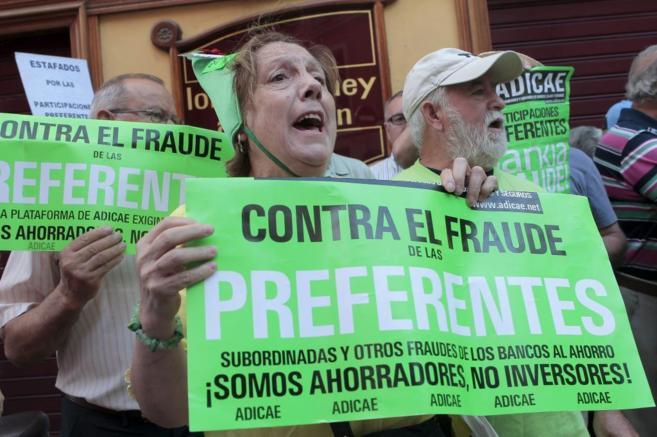 Un grupo de ahorradores protesta en Madrid contra la venta de...