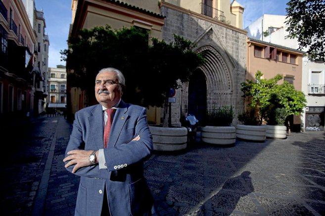 El presidente del Consejo, Carlos Bourrellier, ante la parroquia de...