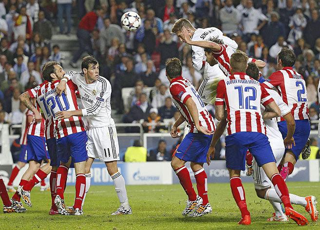 Sergio Ramos cabecea el balón para marcar el 1-1 y forzar la...