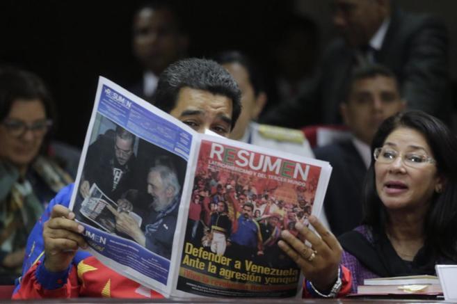Nicolás Maduro lee un periódico durante la cumbre de Panamá en...