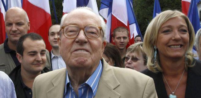 Jean-Marie Le Pen, en primer plano, junto a su hija Marine y otros...