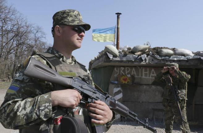 Miembros del ejército ucraniano en un puesto de control próximo a...