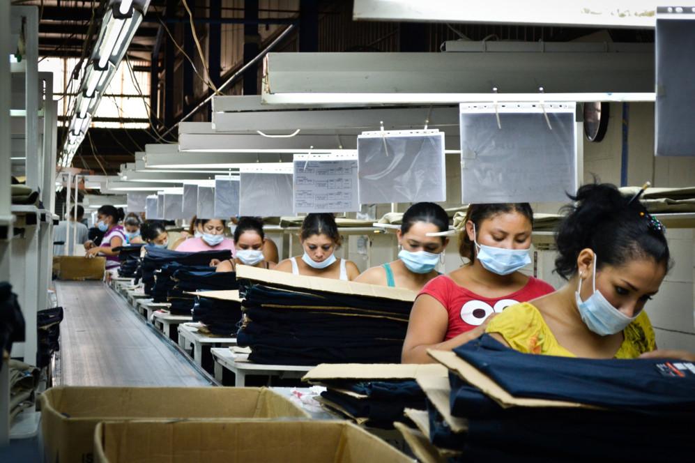 Trabajadoras en un taller textil de Nicaragua. (Fotos: Cortesía de...