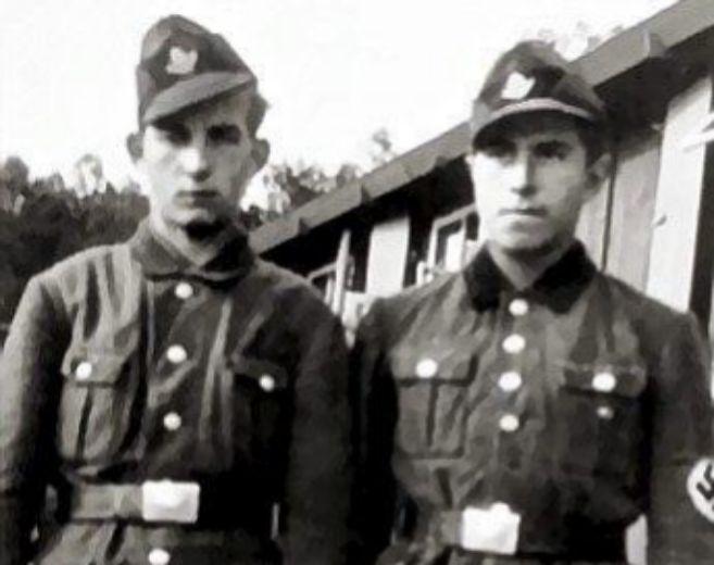 Günter Grass (derecha), vestido a los 17 años con el uniforme de las...