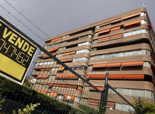 Imagen de archivo de un cartel de 'Se vende' en la valla de...