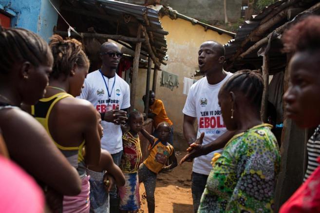 Trabajadores sociales hablan con un grupo de ciudadanos en Freetown,...
