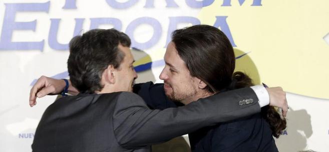 José Manuel López y Pablo Iglesias se saludan durante en desayuno...