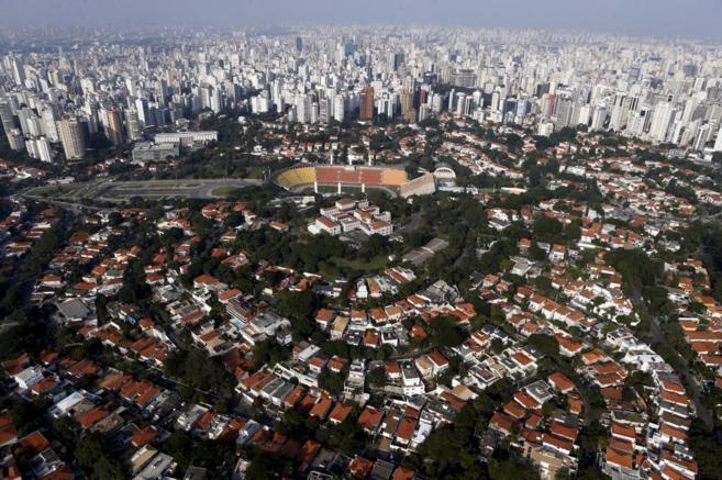 Chalés y rascacielos en una vista aérea del barrio paulista de...