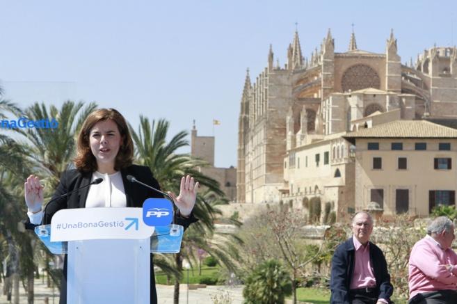 La vicepresidenta del Gobierno, Soraya Sáenz de Santamaría, con la...