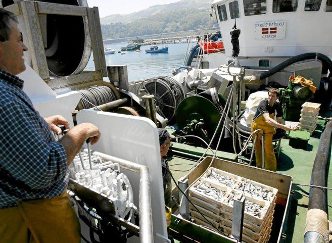 Un barco con una carga de anchoas en Pasajes.