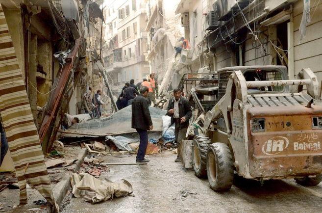 Ciudadanos sirios despejan las calles en los barrios de...