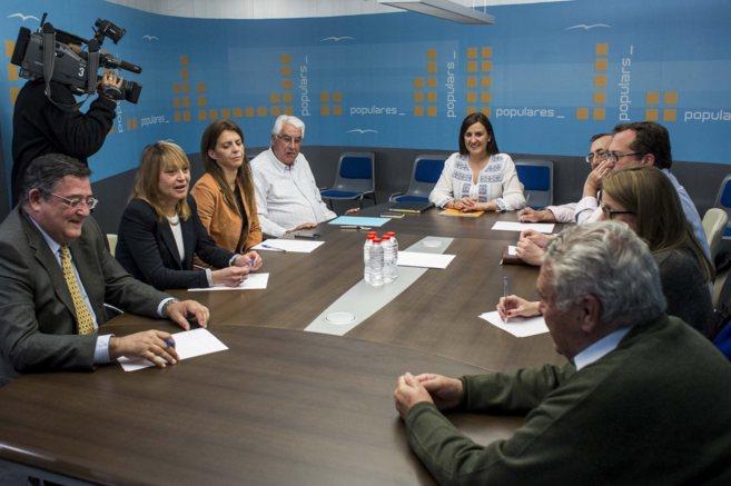 Los miembros del Comité de Listas del PPCV reunidos con la...