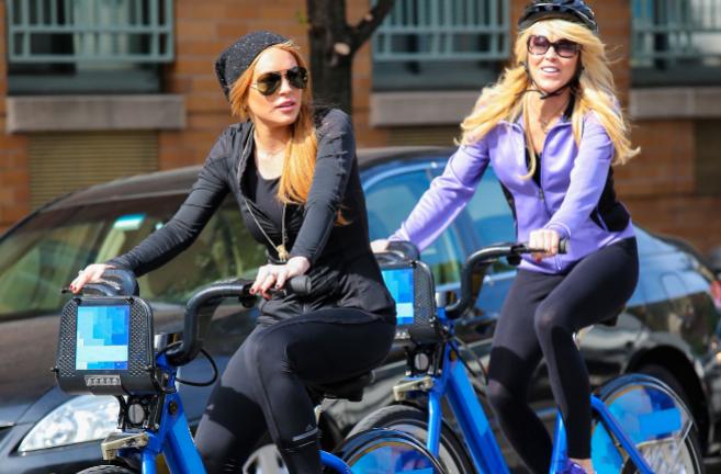 La actriz Lindsay Lohan con su madre, en una imagen de archivo.