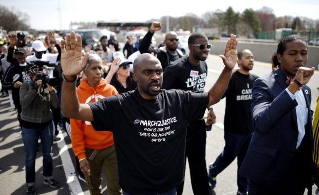 Varias personas participan en una marcha a pie desde Nueva York a...