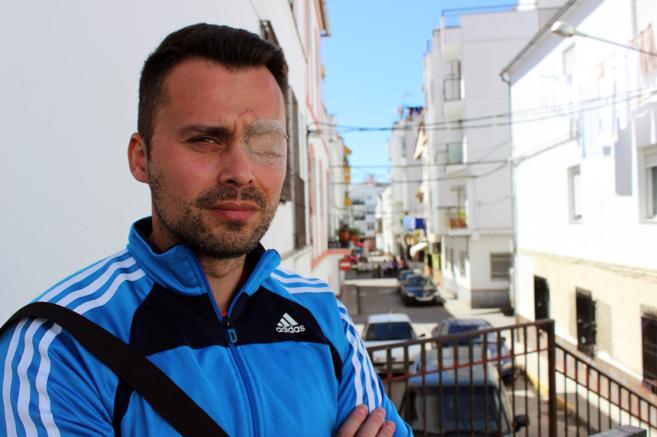 Juan Cadenas posa paar EL MUNDO en una de las calles de Ubrique.