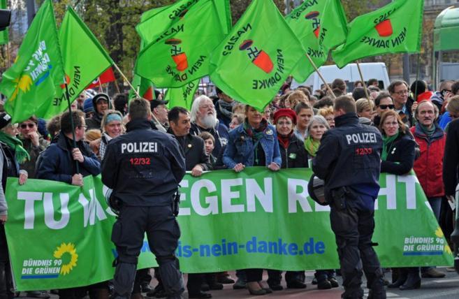 Policías antidisturbios alemanes vigilan una manifestación de Pegida...