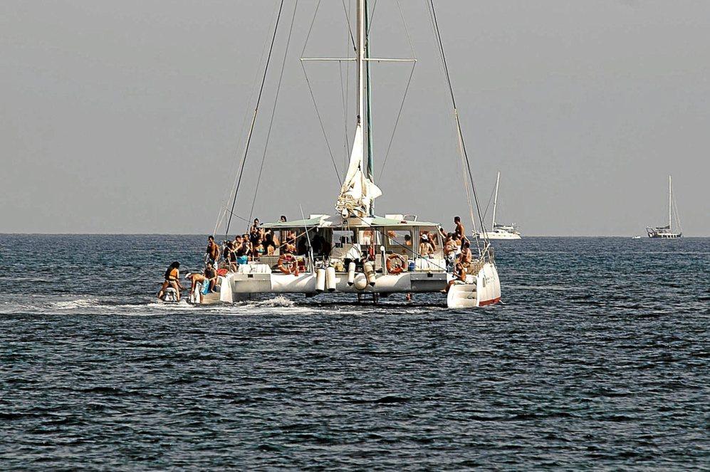 Turistas disfrutan de una fiesta en un barco durante el verano pasado.