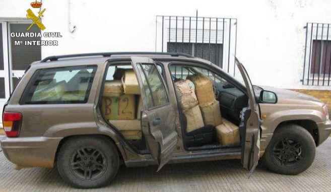 Imagen del vehículo interceptado con los fardos de droga amontonados...