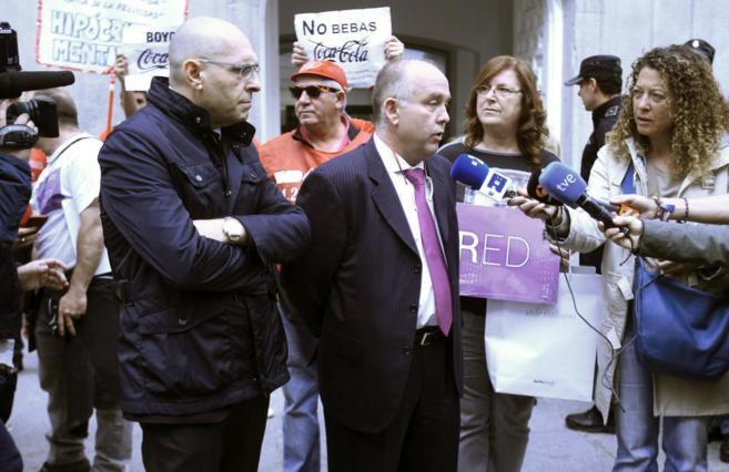 Elpidio Silva, junto a su abogado Gonzalo Boye, a la salida del...