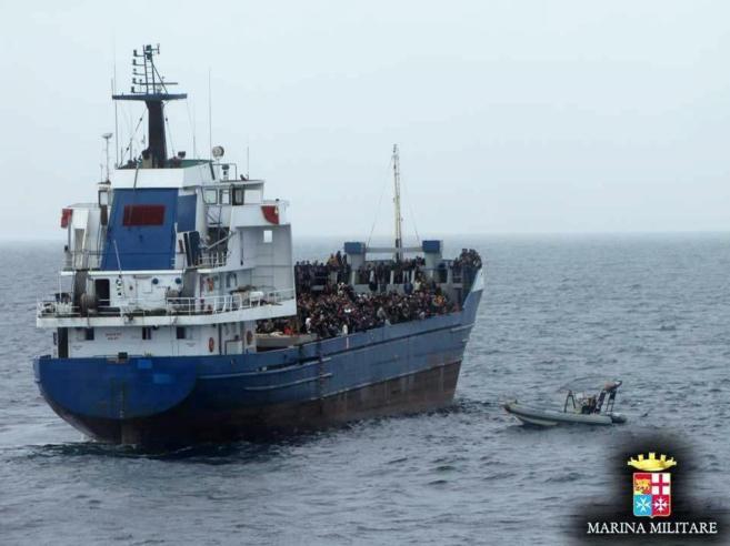 Operación de rescate de inmigrantes ilegales por parte de la Guardia...