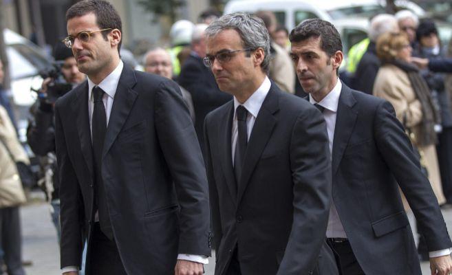 José Lara García, en el centro, durante el funeral de su padre.