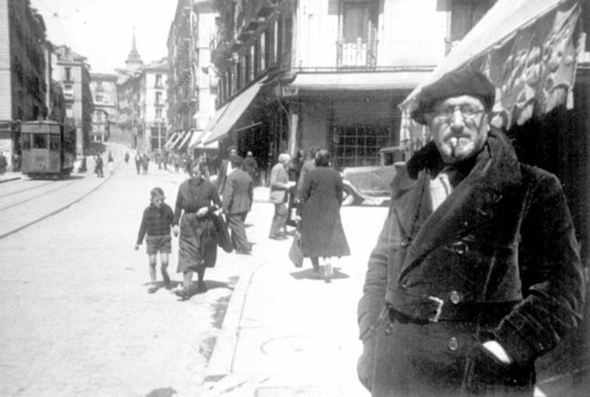 El escritor León Felipe, en la madrileña calle de Toledo, en 1937