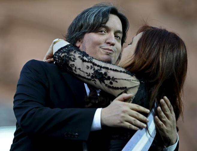 Máximo abraza a su madre, Cristina, durante la ceremonia de la toma...