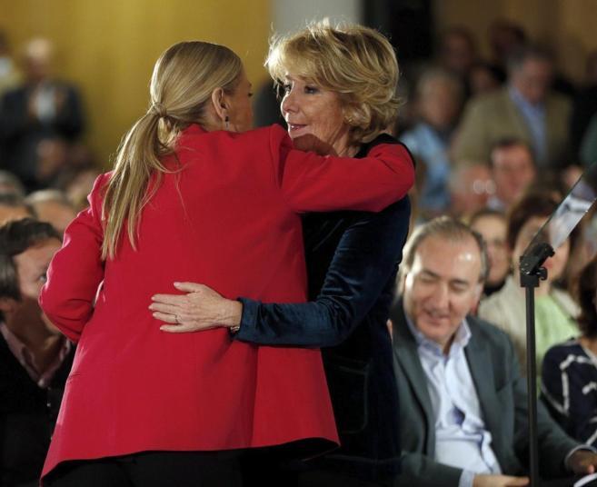 Cristina Cifuentes saluda a Esperanza Aguirre durante un acto de...