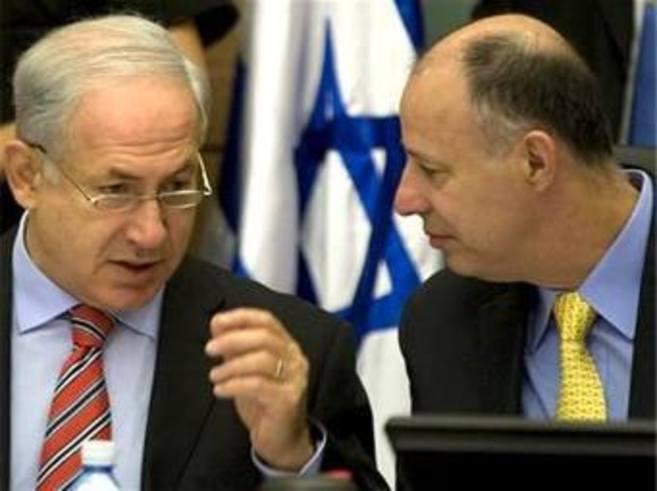 El viceministro de Exteriores, Hanegbi (dcha.), junto al jefe de...