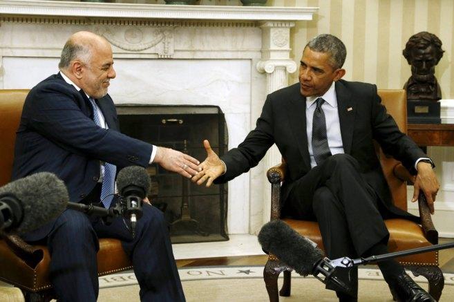 El primer ministro de Irak y el presidente de EEUU se dan la mano tras...